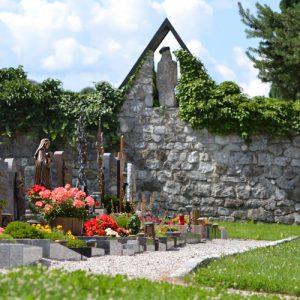 Gräber vor einer Freidhofsmauer, Foto: EP